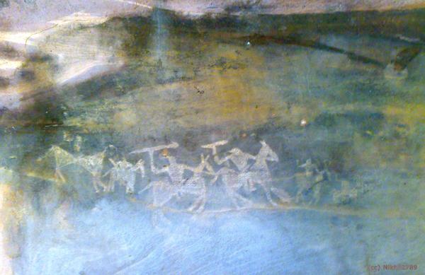 Nikhil2789 - Bhimbetika Cave Painting - War (Quelle: Wikimedia Commons)