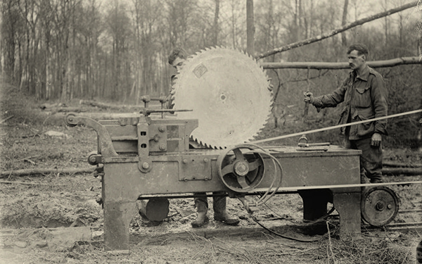 British Army on the Western Front, 1914-1918, British soldiers fitting a circular saw (Quelle: Wikimedia Commons)